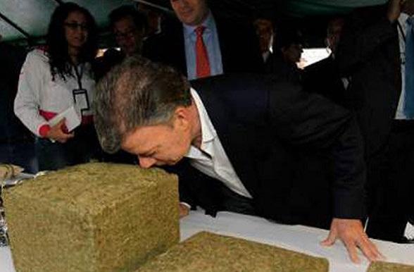 Juan Manuel Santos oliendo una paca de marihuana incautada