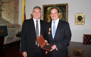 Julián Maarulanda, vergasllerista y acérrimo antiuribista secretario general de la UNP, condecorado por el Congreso sin saber por qué