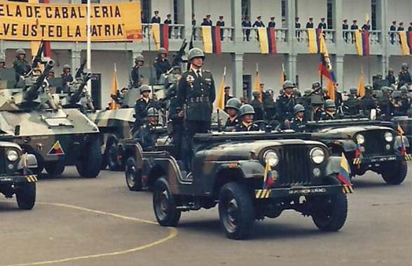 El Coronel Michel Plazas Vega comandando su Escuadrón blindado en la Escuela de Caballeria. 1987