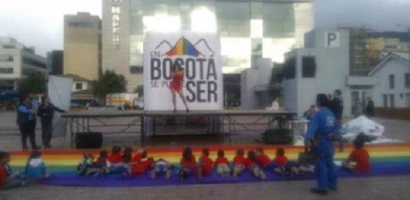 Un travesti hace show erótico ante un grupo de niños en la calle 97 con 15, en Bogotá