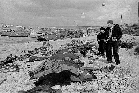 Pescadores franceses observan los cadáveres de soldados norteamericanos muertos en el desembarco de Normandía