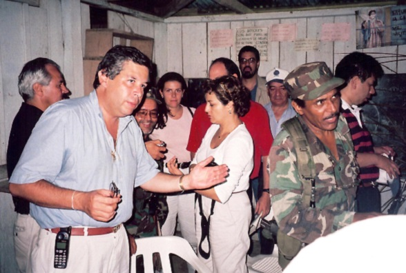 """Dario Arismendi, Daniel Coronell, Mauricio Vargas y otros periodistas, de rumba con los terroristas de las FARC, en diálogos """"de paz"""" anteriores"""