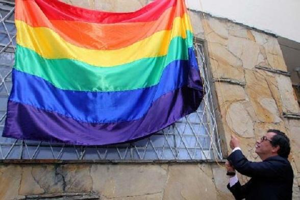 Una cosa es que Petro enarbole la representación de la comunidad gay. Pero otra muy diferente que manipule y adoctrine niños para que hagan lo mismo