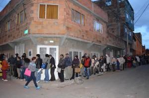 Filas interminables para que personas de escasos recursos puedan acceder a una cita médica en Bogotá (Foto Periodismo Sin Fronteras)
