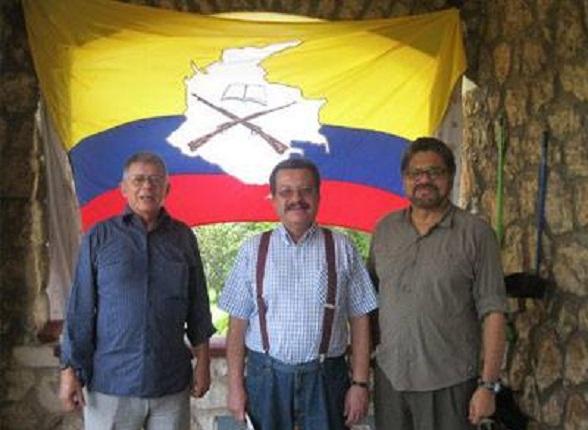 """Carlos Lozano Guillén, director de """"Voz Proletaria"""", en medio de los terroristas """"Iván Márquez"""" y """"Rodrigo Granda""""."""