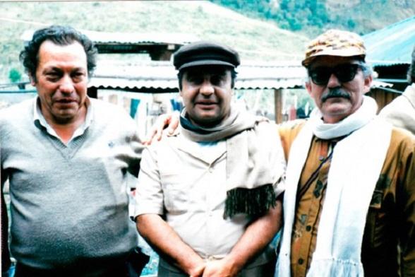 """Jaime Pardo Leal, candidato presidencial de la UP (partido Político de las FARC), abrazado por los comandantes """"Tirofijo"""" y """"Jacobo Arenas"""""""