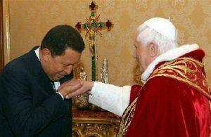 Chávez besa el anillo al papa Benedicto XVI