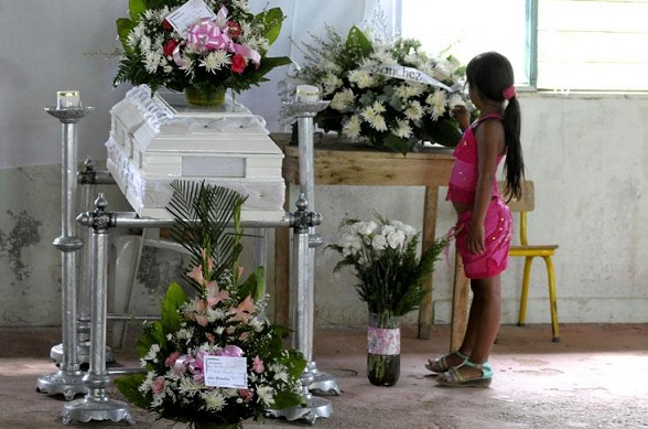 Féretro de la bebé Yurani, asesinada por el grupo terrorista de las FARC