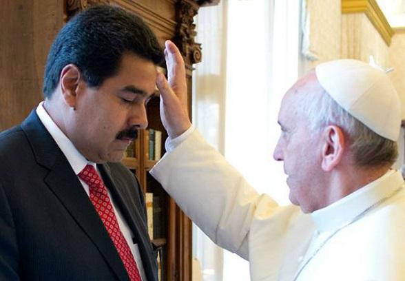 El papa Francisco bendice a Nicolás Maduro
