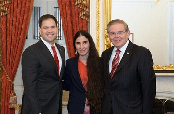 La bloguera cubana Yoani Sánchez en medio de Marco Rubio, senador Republicano, y Bob Menéndez, señador Demócrata