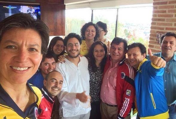 Iván Cepeda posa con Claudia López y los antiguos guerrilleros León Valencia y Alirio Uribe Muñoz (hoy rep a la Cámara)