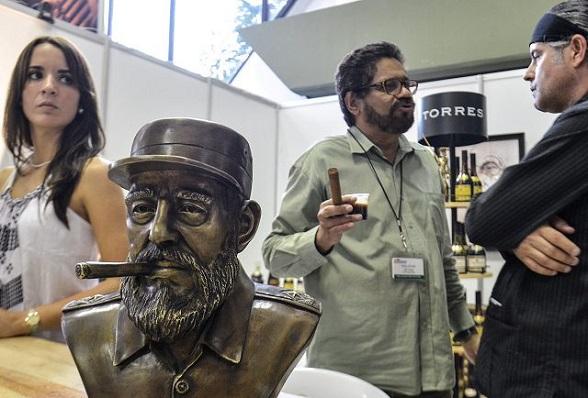 """En el Festival del habano, en La Habana, Cuba. El narcoterrorista Iván Márquez dialoga con el más poderoso narcotraficante de Cuba: Ernesto Milanés, considerado el """"Pablo Escobar de Cuba"""""""