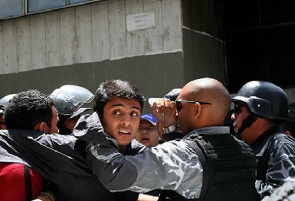 Lorent Saleh, detenido irregularmente y expulsado del país para entregarlo al gobierno de Maduro, que ya lo había torturado