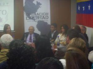 Lorent Saleh, en el conversatorio con María Conchita Alonso, Plinio Apuleyo Mendoza, José Obdulio Gaviria, María Fernanda Cabal y Ricardo Puentes