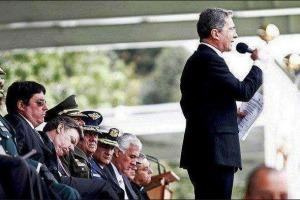 Juan Manuel Santos, siendo ministro de defensa solo recibió al coronel Mejía 10 meses después