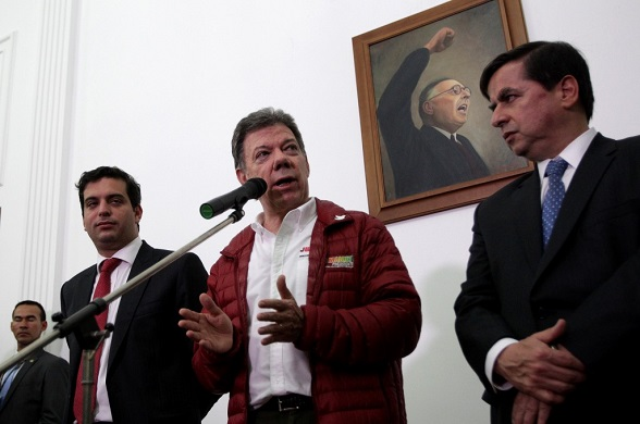 Juan Manuel Santos en medio de Simón Gaviria y Juan Fernando Cristo