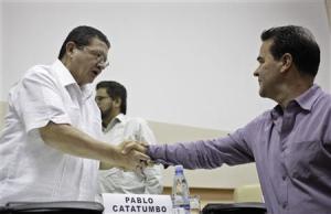 Frank Pearl estrecha la mano del terrorista Pablo Catatumbo