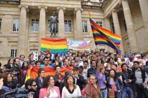 Manifestación de la comunidad homosexual pidiendo derecho al matrimonio y a la adopción en el Congreso de Colombia