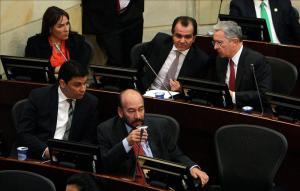 Santos y Timochenko quieren aislar a Álvaro Uribe y su bancada.