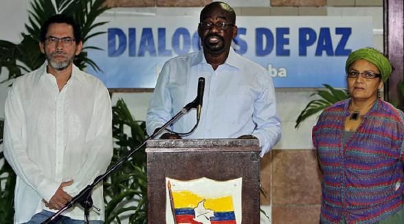 Pablo Atrato en medio de Pastor Alape y Victoria Sandino