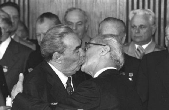 Beso entre  Erick Honecker y Leonid Brezhnev el 7 de octubre de 1979 en la celebración el 30 aniversario de Alemania Oriental como nación comunista