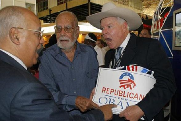 El empresario norteamericano John Parke (d) conversa con el vicepresidente del Consejo de Ministros de Cuba, Ricardo Cabrisas (i), hoy, 3 de noviembre de 2008, durante la inauguración de la XXVI Feria Internacional de La Habana