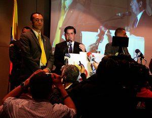 Juan Fernando Cristo, abucheado por las verdaderas víctimas de las FARC