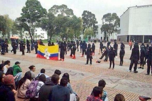 Milicianos de las FARC rindiendo homenaje a esa banda terrorista en plena Universidad Nacional, este noviembre de 2014