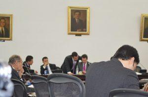 Andrés Villamizar murumurando al oído de su primo, el senador Juan Manuel Galán, presidente de la comisión que citó a Villamizar para que aclarara sus malos manejos en la UNP