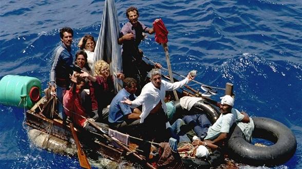 """Cubanos en rudimentarias embarcaciones huyendo del """"paraíso marxista"""" de Castro"""