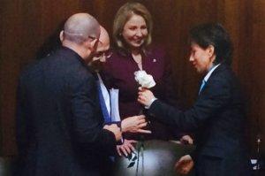 La senadora Claudia López obsequia flores al fiscal Montealegre
