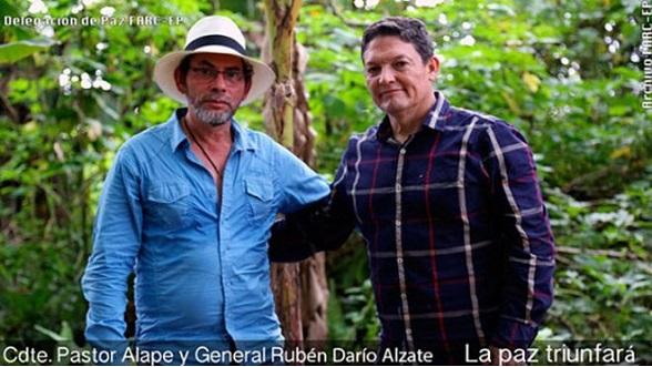 El bandido Pastor Alape y el general Alzate (Foto FARC-EP)