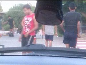 Jóvenes pandilleros nos impiden adentrarnos más en el barrio (Foto Periodismo Sin Fronteras)