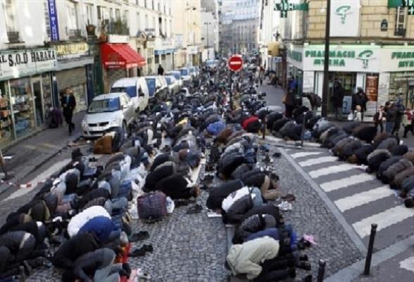 Musulmanes rezando en las calles de París