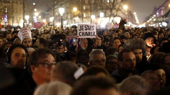 """Manifestantes parisinos se congregan en La Place de la Republique de París para mostrar su repudio a la masacre de periodistas del """"Charlie Hebdo"""""""