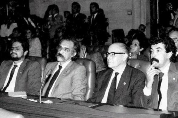 Iván Márquez, Motta, Gilberto Vieira y Bernardo Jaramillo Ossa en el Congreso. No existe extrema izquierda.