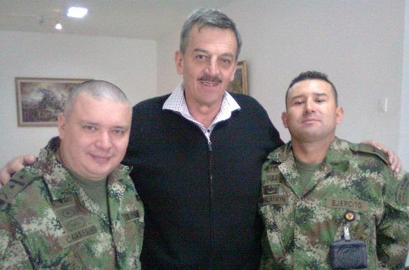 El Coronel Plazas Vega, en medio de otros hombre de honor: Carrera y Malagón