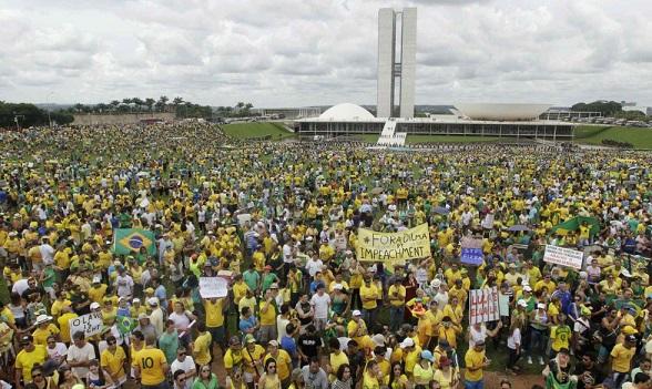 """Olavo tiene razón"", rezaban varios carteles en todo Brasil"