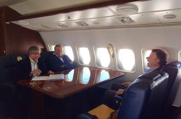 Juan Manuel Santos con los generales Mora y Naranjo
