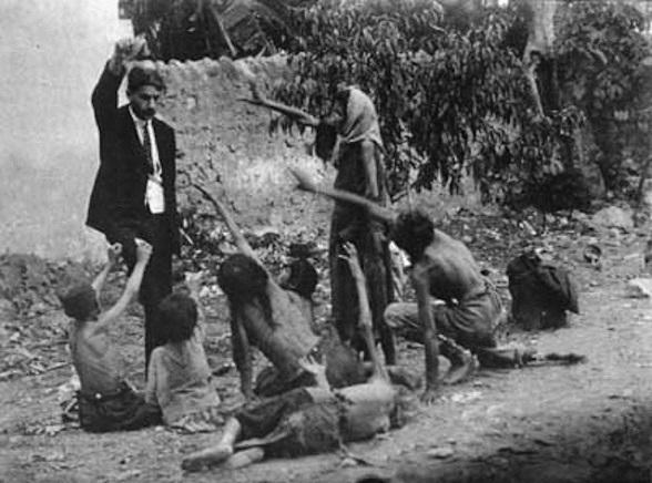 Un oficial turco tortura a niños mostrándoles un pedazo de pan durante el genocidio en Armenia en 1915