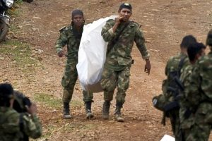 Así tuvieron que sacar los soldados a sus compañeros muertos: en bolsas desechables