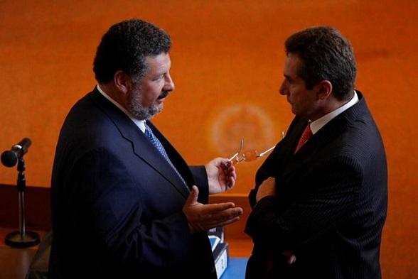 Bernardo Moreno (der) dialoga con Jaime Granados, su abogado