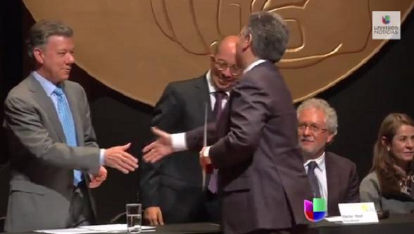 El periodista Daniel Coronell recibe el premio de periodismo de manos de Juan Manuel Santos. En la ceremonia no faltaron los ataques a Uribe Vélez