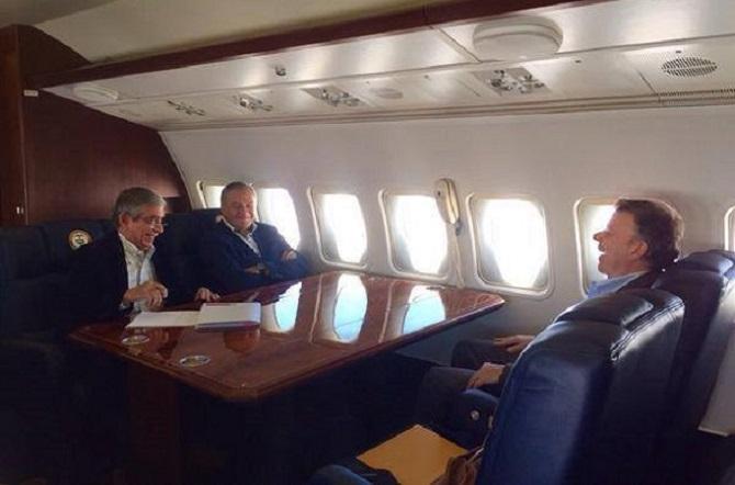 Juan Manuel Santos se ríe a carcajadas con los generales en retiro Mora Rangel y Naranjo. ¿Se reirán del sufrimiento de los colombianos?