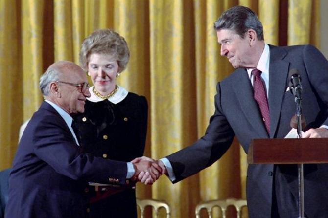 """Ronald Reagan y su esposa Nancy saludan al economista Milton Friedman, """"el apostol del libre mercado"""""""