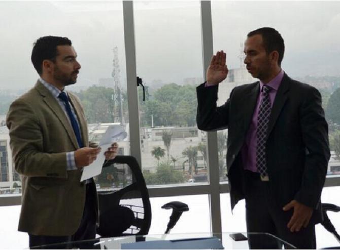 Andrés Villamizar tomándole juramento a Alonso Miranda