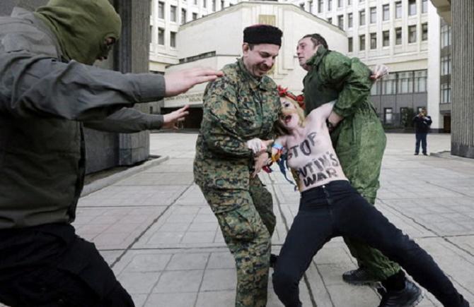 Dos jóvenes activistas de Femen irrumpieron un acto pro-Rusia en Crimea