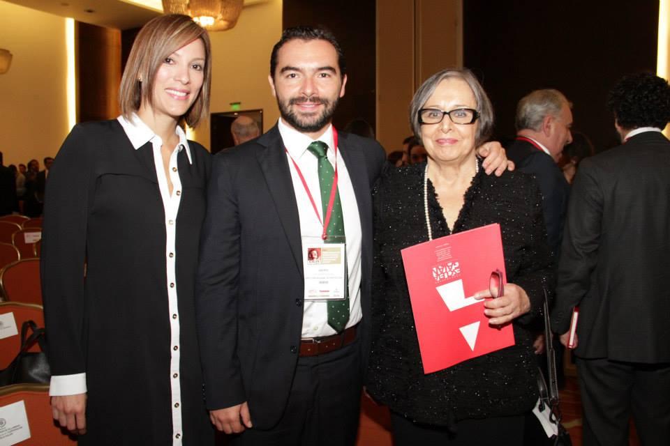Andrés Villamizar en medio de Yalena Jácome y su mamá, Maruja Pachón de Villamizar, Directora de la Corporación Escuela Galán, depositaria de jugosos  contratos con el gobierno de Santos