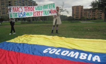PROTESTA FRENTE A EMBAJADA AMERICANA POR ENCUENTRO KERRY-FARC