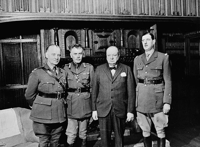 Charles de Gaulle (a la derecha) con Andrew McNaughton, Władysław Sikorski, and Winston Churchil